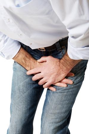 pene: Cerca de un hombre que cubre su dolorosa entrepierna.