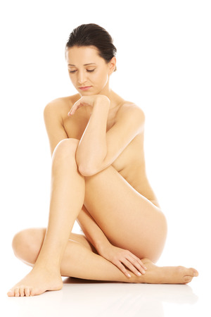mujer desnuda sentada: Slim nude woman sitting on the floor
