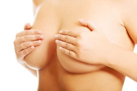 pechos: Mujer sana Sin camisa examinar su pecho.