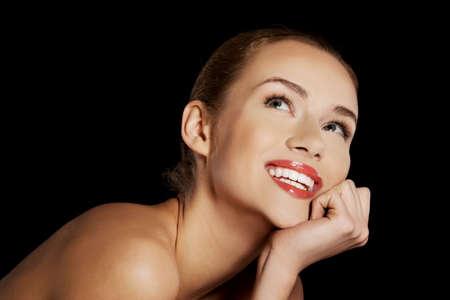 desnudo de mujer: Retrato de la sonrisa mujer desnuda sobre fondo oscuro.