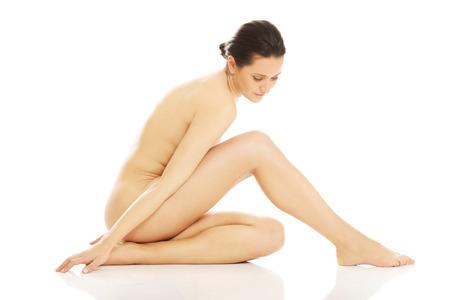 mujer desnuda sentada: Mujer desnuda delgado sentado en el suelo Foto de archivo