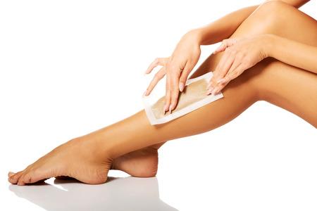waxen: Spa woman waxing her leg Stockfoto