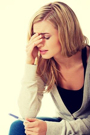 prueba de embarazo: Mujer joven triste el embarazo celebraci�n de pruebas sensaci�n desesperada