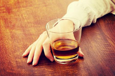 tomando alcohol: Yound bella mujer en depresión, consumo de alcohol Foto de archivo