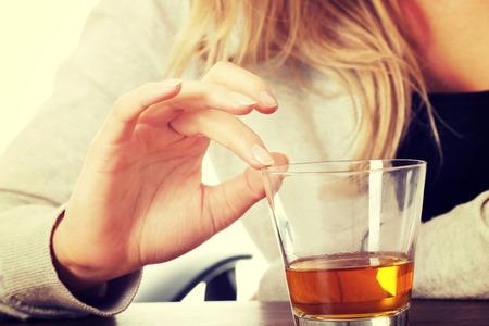 tomando alcohol: Yound bella mujer en depresi�n, consumo de alcohol Foto de archivo