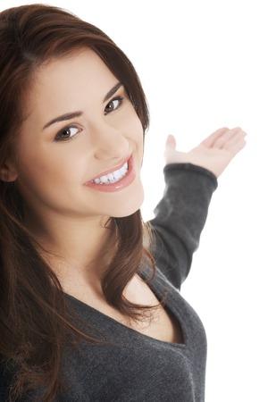 invitando: Joven y bella mujer morena atractiva