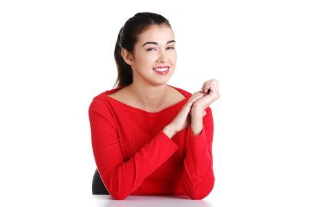 mujer sentada: Hermosa mujer morena sentada smiling