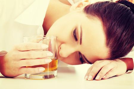 tomando alcohol: Empresaria deprimida en la depresi�n beber alcohol.