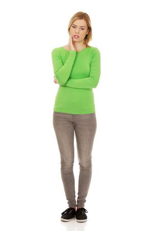 dolor de muela: Mujer hermosa que sufre de dolor de muelas.
