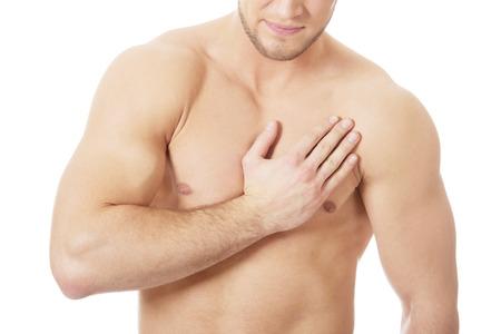 dolor de pecho: Hombre atl�tico hermoso que sufre de dolor de pecho.