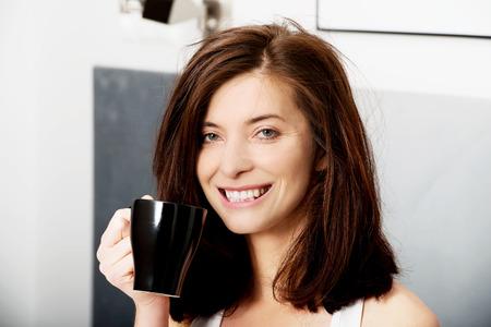 mujer tomando cafe: Hermosa mujer beber café en la cama.