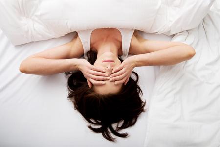 Sleepy Frau, brünett Aufwachen und rieb sich die Augen.