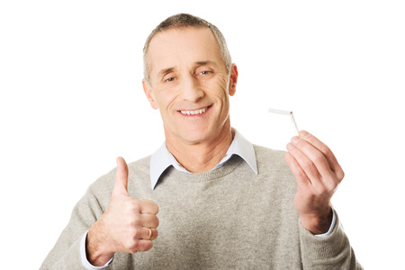 hombre fumando: Hombre maduro acertado deja de fumar