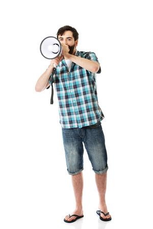 megafono: Hombre joven que grita en el megáfono.