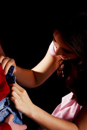 femme sexe: Jeune femme belle d�shabiller son homme. Banque d'images