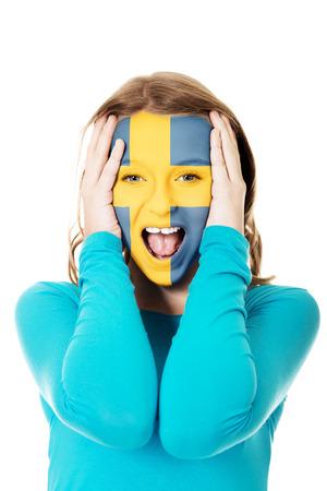 bandera de suecia: Mujer con Suecia bandera pintada en la cara.