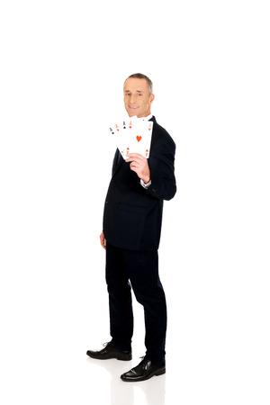 elegant business man: Tutta la lunghezza elegante uomo d'affari con quattro assi.