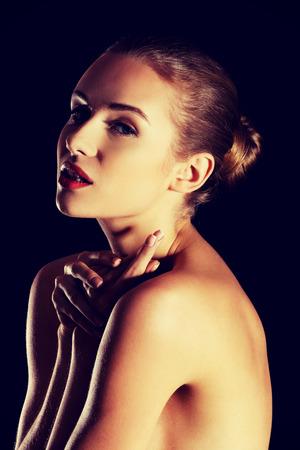 mujeres eroticas: Sensual retrato de mujer desnuda sobre fondo oscuro. Foto de archivo