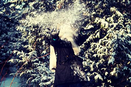 boule de neige: femme adolescente se d�fend de boule de neige