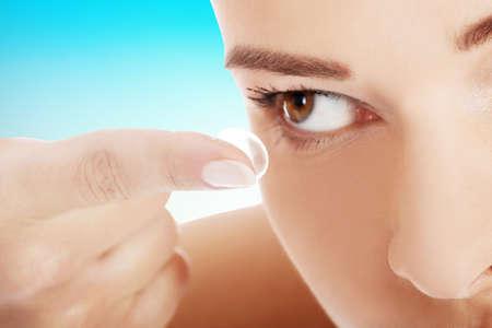 Frau, die Anwendung von Kontaktlinsen in ihren Augen.