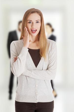 boca abierta: Mujer sorprendida joven con la boca abierta.