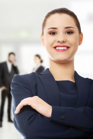 mani incrociate: Donna di affari sicura con le mani incrociate.
