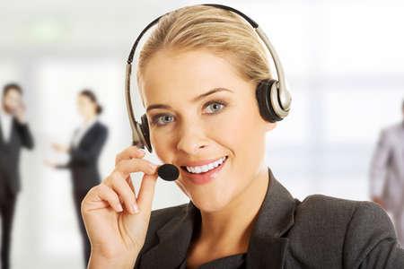 Kundenkontaktcenterfrau im Gespräch mit Kunden. Lizenzfreie Bilder