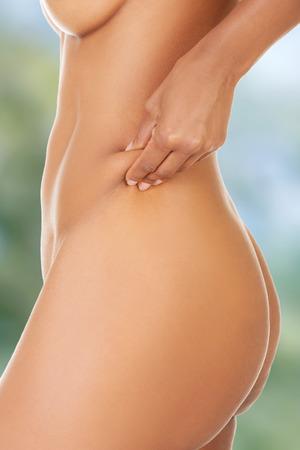 femme se deshabille: Femme Slim pince gras sur la taille.