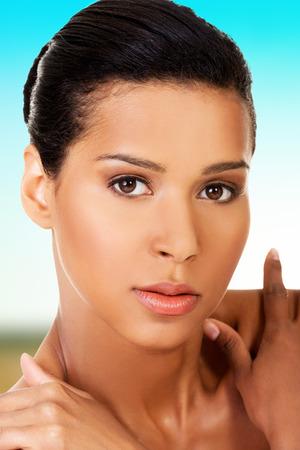 modelos desnudas: Hermosa mujer morena de spa con piel perfecta.