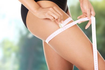 Frau in Unterwäsche messen ihre schlanke Oberschenkel. Lizenzfreie Bilder