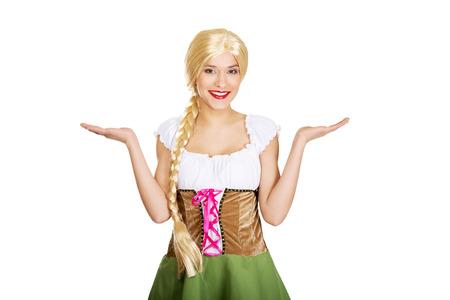 mains ouvertes: Femme en costume traditionnel bavarois avec les mains ouvertes.