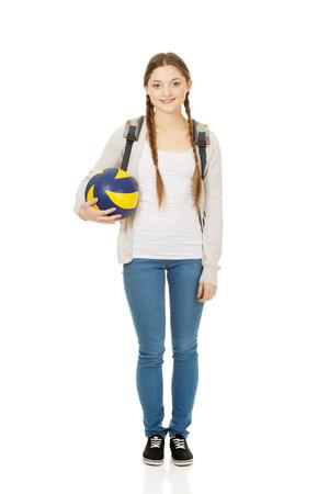 pelota de voley: Adolescente con la cartera y el voleibol. Foto de archivo