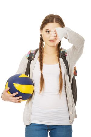 pelota de voley: Adolescente con el voleibol y los pulgares hacia abajo.