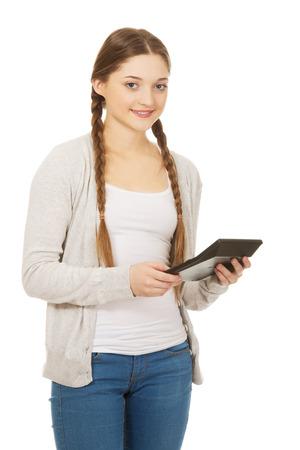 show bill: Mujer adolescente feliz mantenga calculadora digital. Foto de archivo
