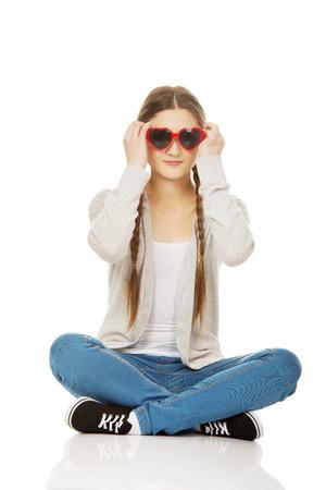 cute teen girl: Забавный подросток женщина, сидя в темных очках.