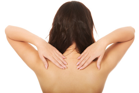 seins nus: Belle femme aux seins nus toucher son dos.