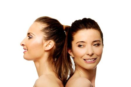 topless: Deux s?urs seins nus attractifs avec maquillage. Banque d'images