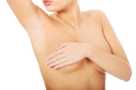 corps femme nue: Femme examinant mastopathy du sein ou le cancer.