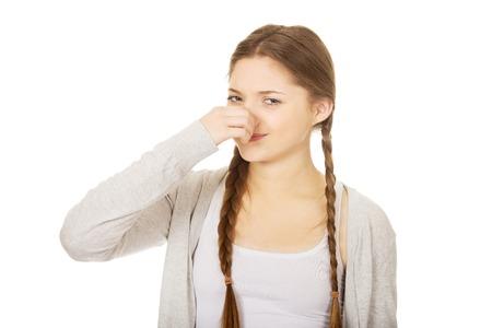 olfato: Adolescente mujer pinchin nariz porque del olfato. Foto de archivo
