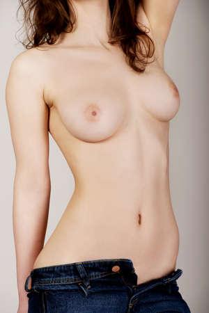 tetas: Topless atractiva mujer joven en pantalones vaqueros.
