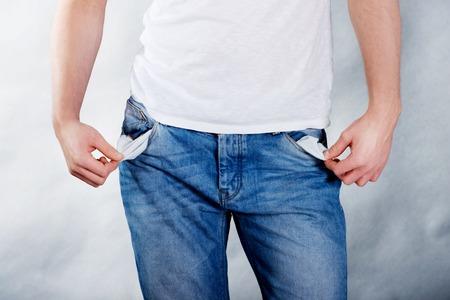 hombre pobre: Pobre hombre joven con los bolsillos vacíos.