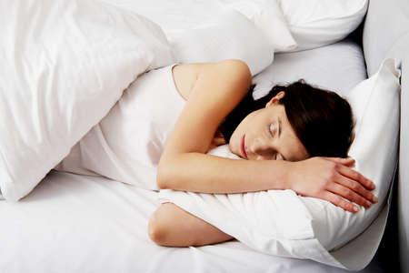 gente durmiendo: Hermosa mujer durmiendo en la cama.