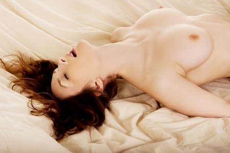 donna completamente nuda: Giovane donna nuda a letto orgasmo ottenere. Archivio Fotografico