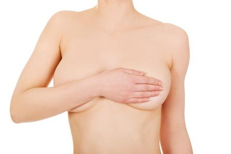 seins nus: Belle femme aux seins nus couvre sa poitrine.