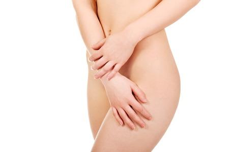 pechos: Hermosa mujer desnuda delgada cubre a s� misma. Foto de archivo
