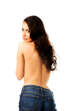 topless: Femme aux seins nus en jeans tournant vers la cam�ra.