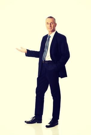 full length: Volledige lengte glimlachende zakenman die copyspace.