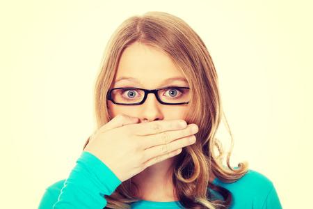 oler: Mujer adolescente que cubre la boca debido a la vergüenza Foto de archivo