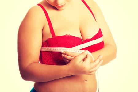 big boobs: Mujer gorda medir mama en ropa interior Foto de archivo