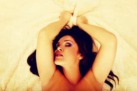seks: Schoonheid van de jonge sensuele vrouw die een orgasme.
